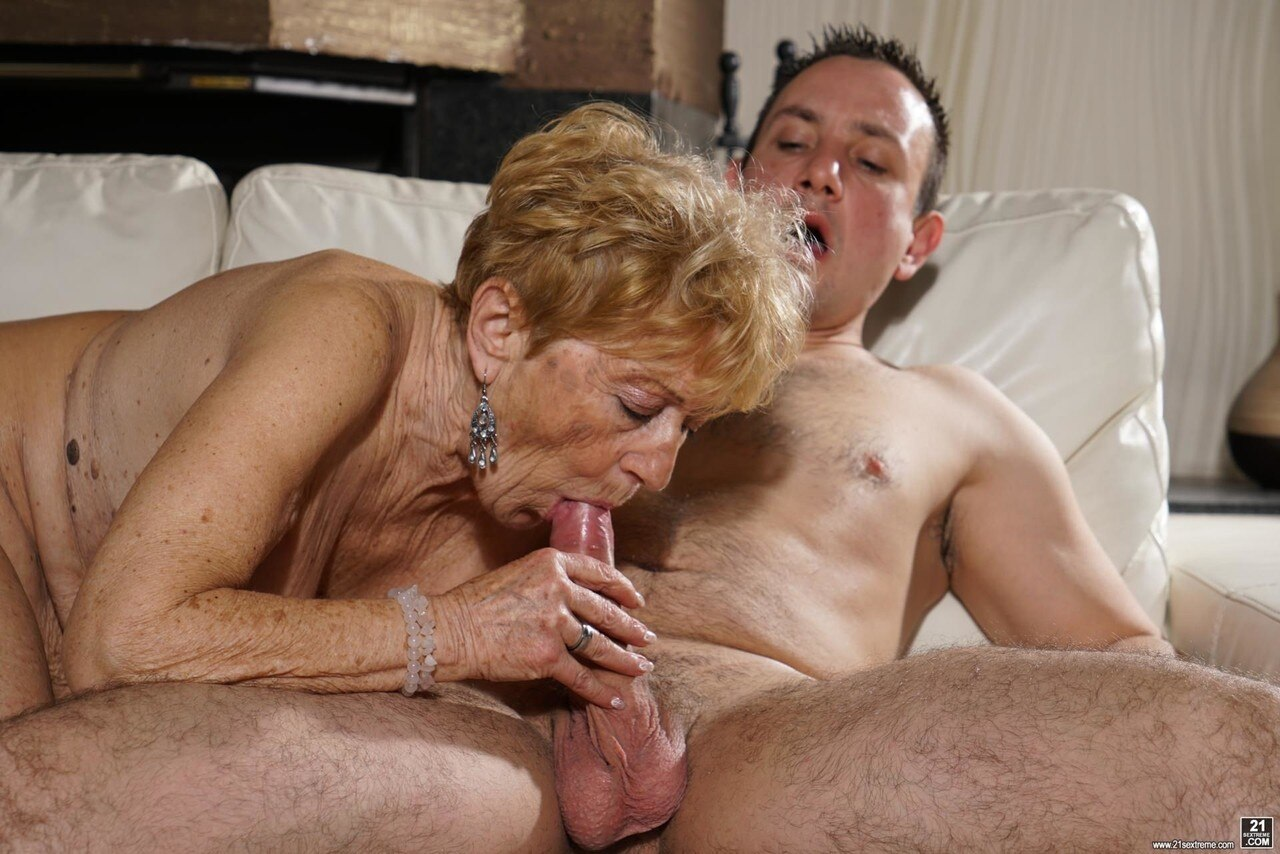 Watch Skillfull Grannies Giving Live Blowjobs On Cams!